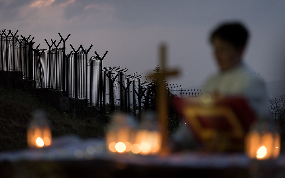 20 April 2019, Jerusalem: Fences mark off the area, as Carey Ballenger leads an Easter Sunday sunrise service at Jabal Allah (God's Mountain) on the Mount of Olives in Jerusalem, held by the Lutheran Church of the Redeemer (English-speaking congregation).