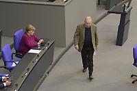DEU, Deutschland, Germany, Berlin, 23.04.2020: AfD-Fraktionschef Alexander Gauland und Bundeskanzlerin Dr. Angela Merkel (CDU) bei einer Plenarsitzung im Deutschen Bundestag. Im Mittelpunkt der Debatten standen die Maßnahmen der Bundesregierung zur Bekämpfung der Folgen der Corona-Krise. Um Ansteckungen von Abgeordneten mit dem Coronavirus zu vermeiden, darf nur jeder Dritte Stuhl besetzt werden, zwei Plätze dazwischen müssen frei gehalten werden.