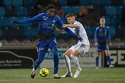 Noble Okello (HB Køge) og Frederik Juul Christensen (FC Helsingør) under kampen i 1. Division mellem HB Køge og FC Helsingør den 4. december 2020 på Capelli Sport Stadion i Køge (Foto: Claus Birch).