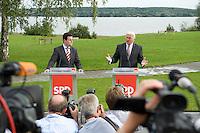 07 SEP 2008, WERDER/GERMANY:<br /> Hubertus Heil (L), SPD Generalsekretaer, und Frank-Walter Steinmeier (R), SPD, Bundesaussenminister, und Journalisten, waehrend einer Pressekonferenz  zur Klausurtagung der SPD Parteispitze in deren Verlauf Steinmeier den Ruecktritt von K urt B eck und seinen Antritt als Kanzlerkandidat zur Bundestagswahl 2009 bekannt gibt, Hotel Seaside Garden Schwielowsee<br /> IMAGE: 20080907-01-069