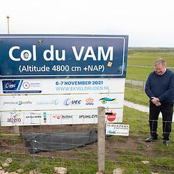 Op de VAMberg zal in november het EK veldrijden worden verreden. KNWU directeur Thorwald Veneberg, UEC bestuurder Alesdair MacLennan en gedeputeerde Henk Brink