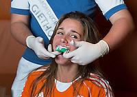 ZWOLLE - Ellen Hoog. Bitje happen voor de vrouwen van het Nederlands hockeyteam, Het aanmeten van een mondbeschermer. in aanloop van de Champions Trophy in Mendoza (Argentinie).  COPYRIGHT KOEN SUYK