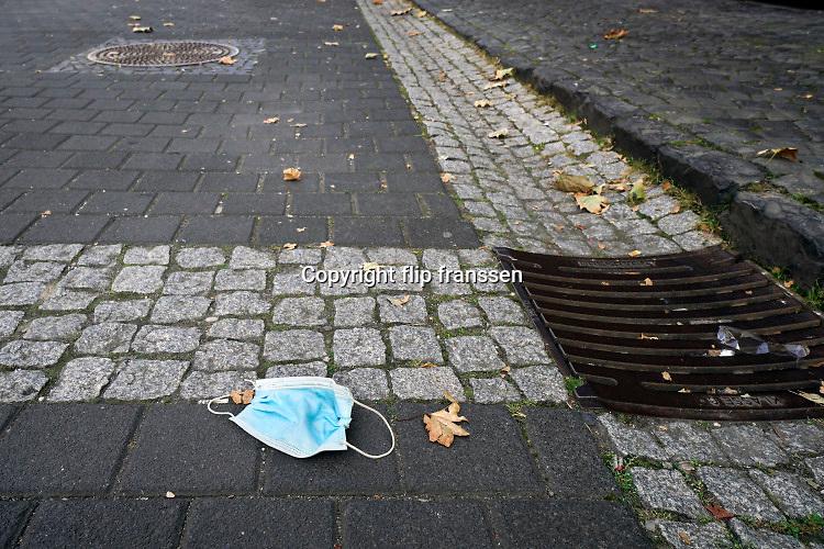 Nederland, Nijmegen, 9-10-2020 Weggegooid mondkapje op straat . Foto: ANP/ Hollandse Hoogte/ Flip Franssen