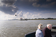 Twee ouderen kijken op de veerpot tussen Maassluis en Rozenburg naar het scheepvaartverkeer.<br />