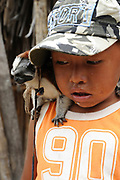 Indígenas guna / niño indígena con mono tití en la comarca de Guna Yala, Panamá.<br /> <br /> Guna Indians / boy with titi monkey in Guna Yala region, Panama.