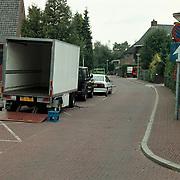 Keucheniusstraat Huizen gezien vanaf de Engweg, vrachtwagen lost goederen