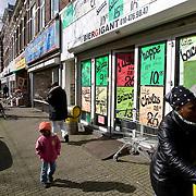 Nederland Rotterdam 19 maart 2008 20080319.Slijterij aan de Nieuwe Binnenweg in Rotterdam West met reclame borden van aanbiedingen in drank. De Binnenweg is een bekende straat in Rotterdam. Volgens Pim Fortuyn was dit deel van Rotterdam aan het veranderen in een Ghetto. Er is een mix van winkels, restaurants en cafés. Dit is een typisch stukje Rotterdam om de downtown te ontdekken. De Nieuwe Binnenweg kent een enorm aantal cafés en heeft in Rotterdam een minder goede reputatie. Net als de West-Kruiskade heeft de Nieuwe Binnenweg een groot aantal winkels met allochtone eigenaars, zodat hier een ruime keus aan exotische producten te vinden is..Foto David Rozing