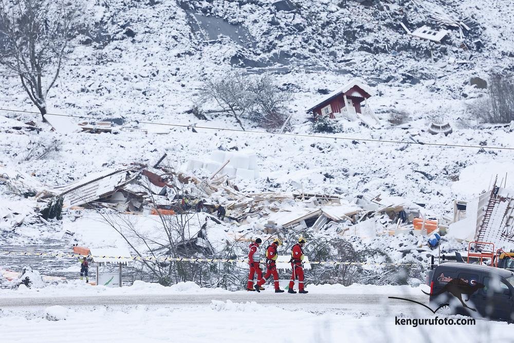 Ask 20210102. <br /> Redningsmannskaper i aktivitet i rasområdet ved Ask i Gjerdrum. Flere boliger ble tatt av jordskredet og ni personer er savnet. Over 1000 personer i området er evakuert.<br /> Foto: Tor Erik Schrøder / NTB