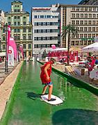 Tor do skimboardingu (ślizgania się na desce po płytkiej wodzie), Plac Solny we Wrocławiu, Polska<br /> Skimboarding racetours, Salt Market Square in Wrocław, Poland