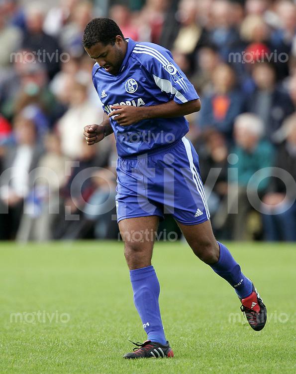Fussball 1. Bundesliga Saison 2004/2005  Testspiel FC Schalke 04 ; Neuzugang Ailton; enttaeuscht