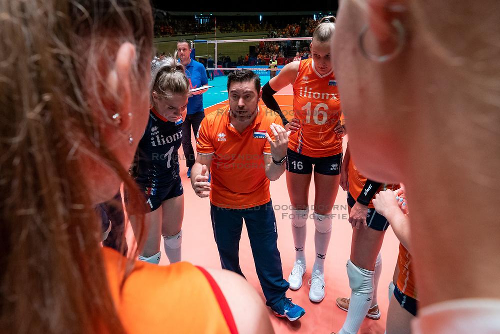 30-05-2019 NED: Volleyball Nations League Netherlands - Poland, Apeldoorn<br /> Ass coach Alessandro Beltrami of Netherlands, Kirsten Knip #1 of Netherlands, Indy Baijens #16 of Netherlands
