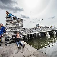 Nederland, Amsterdam, 29 april 2016.<br /> Stadsdeelvoorzitter Coby van Berkoum opent op feestelijke wijzer de Van der Pekbrug.<br /> De opening van de brug is een belangrijke moment in de verbinding van Van der Pek buurt met de nieuwe wijk Overhoeks.<br /> Ook als symolische verbinding van 2 wijken uit de 20ste en 21ste eeuw.<br /> Ook maakt deze brug nieuwe roeutes mogelijk naar Tuindorp Oostzaan, NDSM terrein, Buiksloterdijk, Buiksloterham, de Banne etc.<br /> Het ontwerp is afkomstig van het architectenbureau Kort en Tielens Architecten.<br /> <br /> <br /> <br /> Foto: Jean-Pierre Jans