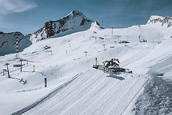 THEMENBILD - ein Pistengerät beim präparieren der Skipiste im Snowpark am Kitzsteinhorn Gletscher, aufgenommen am 09. April 2021 in Kaprun, Österreich // a piste groomer preparing the Snowpark on the Kitzsteinhorn glacier, Kaprun, Austria on 2021/04/09. EXPA Pictures © 2021, PhotoCredit: EXPA/ JFK
