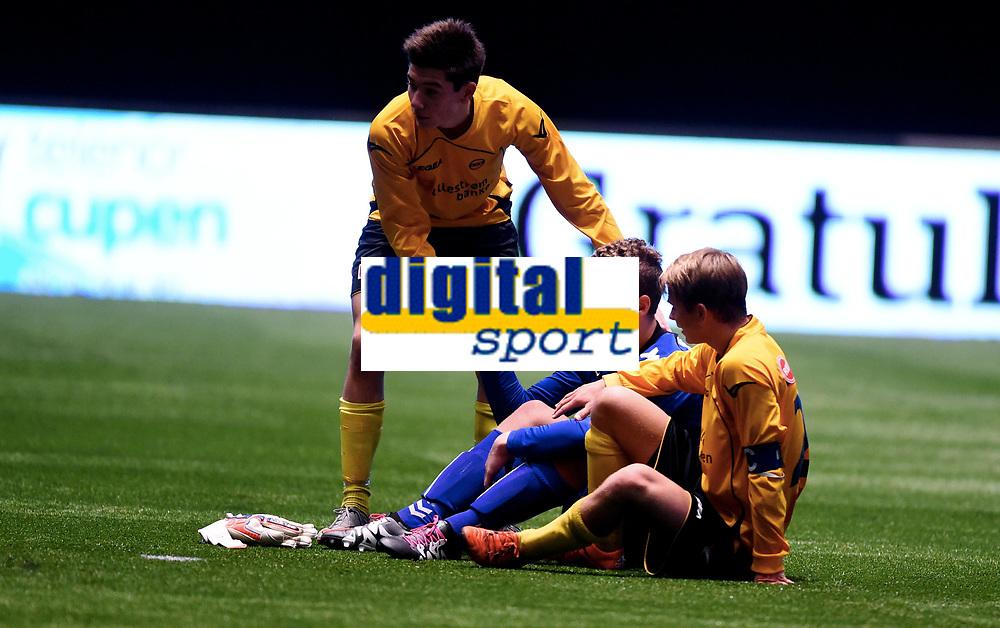 Fotball , 20 . november 2015 , NM finale G16<br /> Brann - Lillestrøm 1-4<br /> Brann keeper Markus Olsen Pettersen <br /> får tøst av LSK-spillere