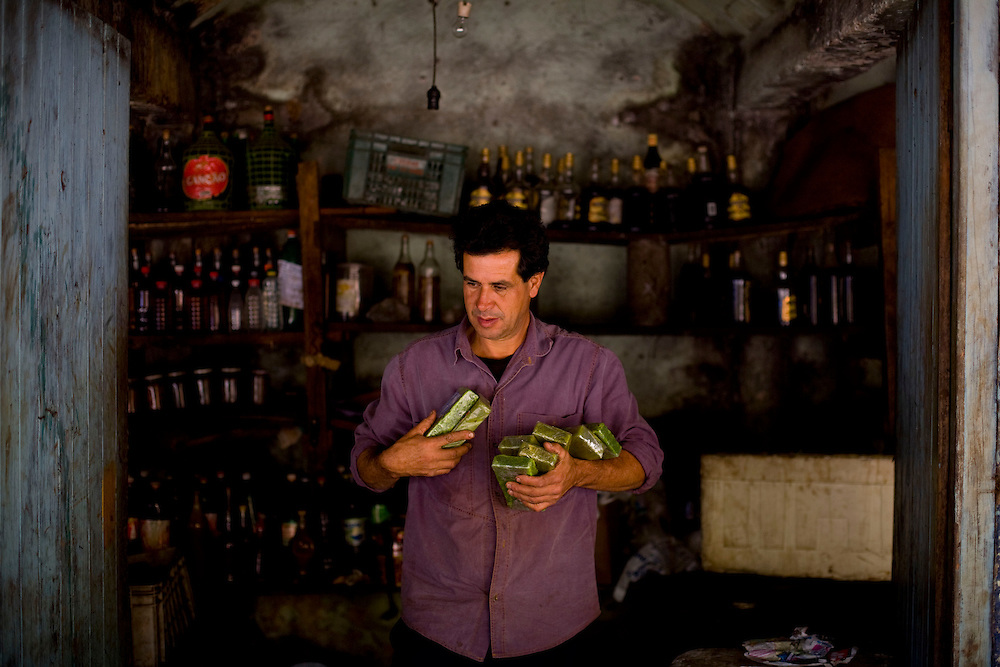 Itabirito_MG, Brazil.<br /> <br /> Valdeci, vendedor de produtos na beira da rodovia BR 040 em Itabirito, Minas Gerais.<br /> <br /> Valdeci, He is seller in the highway BR 040 in Itabirito, Minas Gerais.<br /> <br /> Foto: LEO DRUMOND / NITRO
