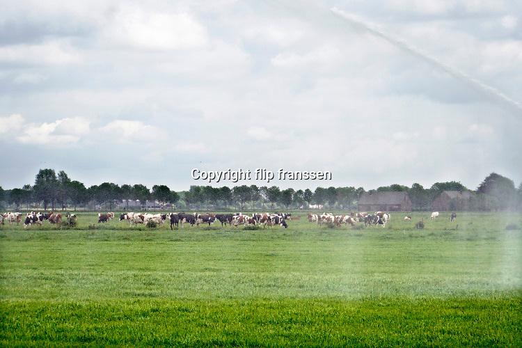 Nederland, Kekerdom, 25-5-2020 Beregenen  in de Ooijpolder. Foto: Flip Franssen