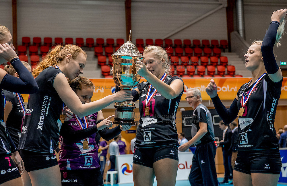 02-10-2016 NED: Supercup VC Sneek - Eurosped, Doetinchem<br /> Eurosped wint de Supercup door Sneek met 3-0 te verslaan / Eline Gommans #4 of Eurosped, Colina Makken #10 of Eurosped