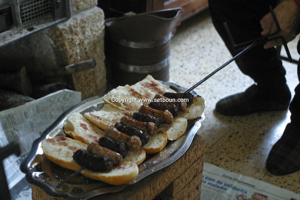 cooking in a fire place Traditional Corsican sausage, in Sartene  /  les saucisses traditionnelles corses cuites au feu de bois