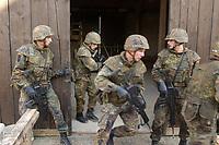 16 OCT 2001, BERLIN/GERMANY:<br /> Bundeswehrsoldaten waehrend der Ausbildung des KFOR-Einsatzverbandes, Infanterieschule des Heeres, Hammelburg<br /> IMAGE: 20011016-01-039<br /> KEYWORDS: Bundeswehr, Armee, Soldat, soldier