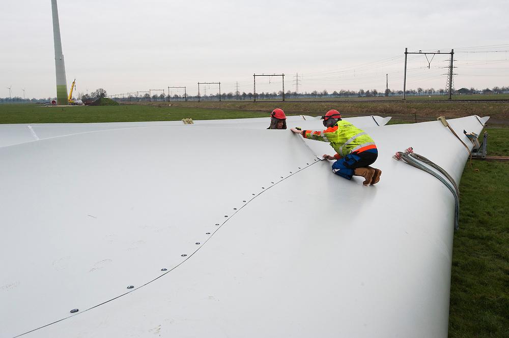 Nederland, Omgev. Zwolle, 27 jan 2012.Windpark in aanbouw..Monteurs leggen de laatste hand aan grote wieken voor een windmolen. .Foto(c): Michiel Wijnbergh