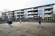 Nederland, Nijmegen, 11-10-2019Op last van de rechter heeft de gemeente gisteren het voetbalveldje in de speeltuin achter basisschool de Buut aangepast. Bewoners van de appartementen tegenover de school hadden geklaagd vanwege overlast door spelende en voetballende kinderen. Een betonnen rand is nu weggehaald en vervangen door een aarden rand en het kunstgras moet vervangen worden. De school en het speelveldje, speeltuintje, stonden er al lang voordat hier de appartementen waar veelal oudere pensionados in wonen, gebouwd werden . Na 18.30 mag er ook niet meer gespeeld worden.Foto: Flip Franssen