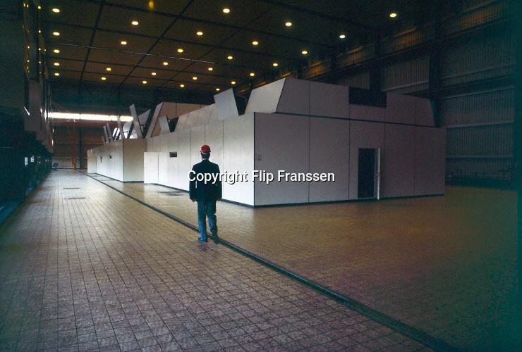 Nederland, Nijmegen, 28-1-2007 Turbinezaal, hal met turbine van de electriciteitscentrale van Elektrabel in Nijmegen. Deze centrale is modern wat betreft filtering van rookgasuitstoot. De vliegas wordt er uitgehaald en gebruikt als grondstof voor wegenbouw en cementindustrie. Samenvoeging van zwavel uit de ontzwavelingsinstallatie en van de slakken, kalksteen, levert gips op. Kolen of bio brandstof. In 208 uitengebruik gesteld  Foto: Flip Franssen