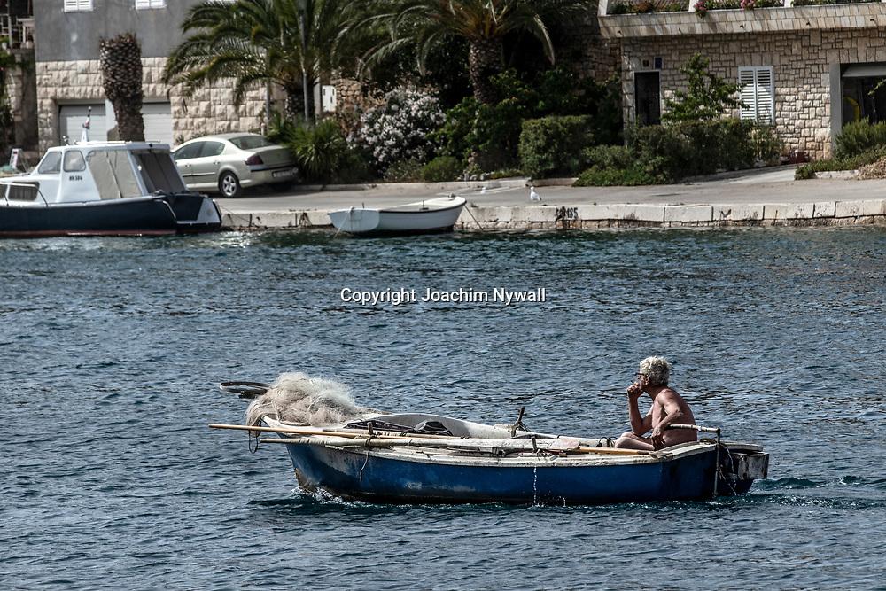 Milna Brac Dalmatien <br /> Kroatien 2021 06 23<br /> Vackra ön Brac vid Adriatiska havet, <br /> Man i fiskebåt<br /> <br /> ----<br /> FOTO : JOACHIM NYWALL KOD 0708840825_1<br /> COPYRIGHT JOACHIM NYWALL<br /> <br /> ***BETALBILD***<br /> Redovisas till <br /> NYWALL MEDIA AB<br /> Strandgatan 30<br /> 461 31 Trollhättan<br /> Prislista enl BLF , om inget annat avtalas.
