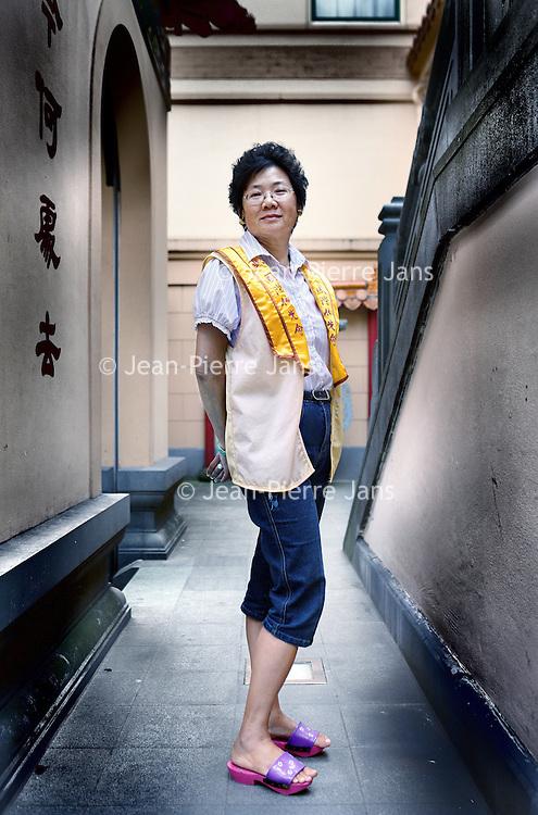 Nederland, Amsterdam , 7 juli 2011..Kim Hollauf,vrijwilliger bij de Fo Guang Shan Hua Tempel op de Zeedijk..De Chinezen vieren hun 100 jarig bestaan in Nederland..Celebrating 100 years Chinese people in the Netherlands, Amsterdam.