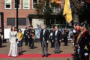Aankomst van Grootmeester Chris Breedveld en Grootmeesteres Bibi van Zuylen tijdens Prinsjesdag bij de Grote kerk. De koning zal  de troonrede voorlezen in de Grote Kerk aan leden van de Eerste en Tweede Kamer.