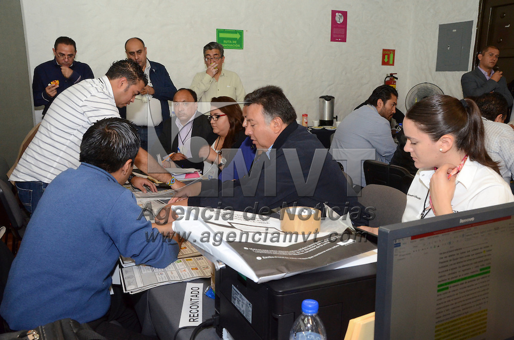 Toluca, México.- Consejeros del Instituto Electoral del Estado de México, y representantes de partidos políticos, presenciaron el conteo de boletas electorales de 80 paquetes del distrito 18 de Tlalnepantla para verificar el triunfo del PRI.  Agencia MVT / José Hernández
