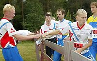 Orientering - O-treff i Fetsund 22. juni 2002. Øystein Kristiansen (t.v.) veksler med Jarkko Huovila fra Halden SK.<br /> <br /> Foto: Andreas Fadum, Digitalsport