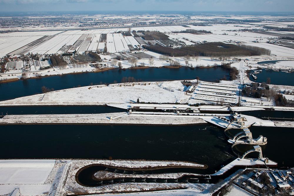 Nederland, Utrecht, Vianen, 31-01-2010; Stuw bij Hagestein, de stuw is gesloten in verband met de waterstand in de rivier. Scheepvaart maakt gebruik van de schutsluis (boven in beeld), de vistrap naast de stuw, onder in beeld is in werking. Houten aan de horizon..Hagestein weir, the dam is closed due to the low level of the water in the river. Shipping is using the lock and the fish ladder (bottom) is working;.luchtfoto (toeslag), aerial photo (additional fee required); foto/photo Siebe Swart