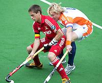 MELBOURNE -  Belg Jerome Truyens (l) in duel met Klaas vermeulen (r0 van Nederland tijdens de hockeywedstrijd tussen de mannen van Nederland en Belgie (5-4) bij de Champions Trophy hockey in Melbourne. ANP KOEN SUYK