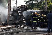 Contagem_MG, Brasil...Acidente envolvendo um caminhao da CEMIG e um caminhao tanque em Contagem. ..An accident involving a CEMIG truck and a tank truck in Contagem..Foto: LEO DRUMOND / NITRO
