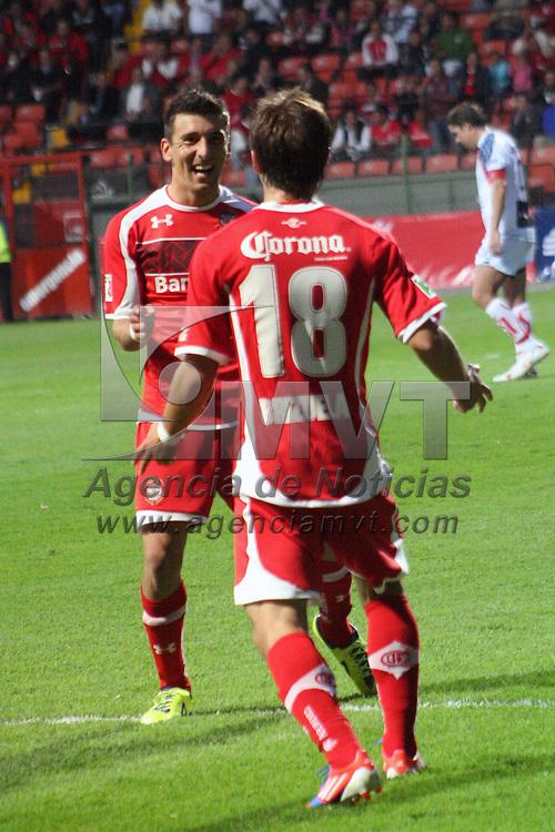 Toluca, Mex.- Isaac Brizuela y Edgar Benítez durante el partido  entre los Diablos Rojos del Toluca e Irapuato correspondiente a la jornada cuatro de la Copa MX, en donde tuvieron un marcador final  4-1 a favor del equipo escarlata. Agencia MVT / José Hernández.