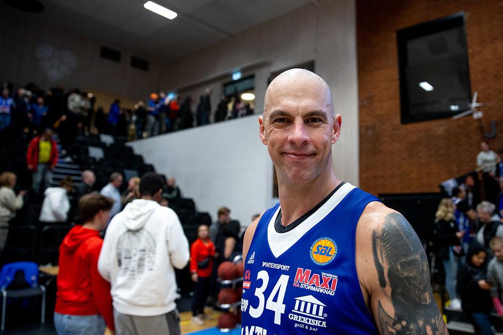 ÖSTERSUND 20211007<br /> En glad Jämtlands RT Guinn efter torsdagens match i basketligan mellan Jämtland Basket och Norrköping Dolphins.<br /> Foto: Per Danielsson / Projekt.P
