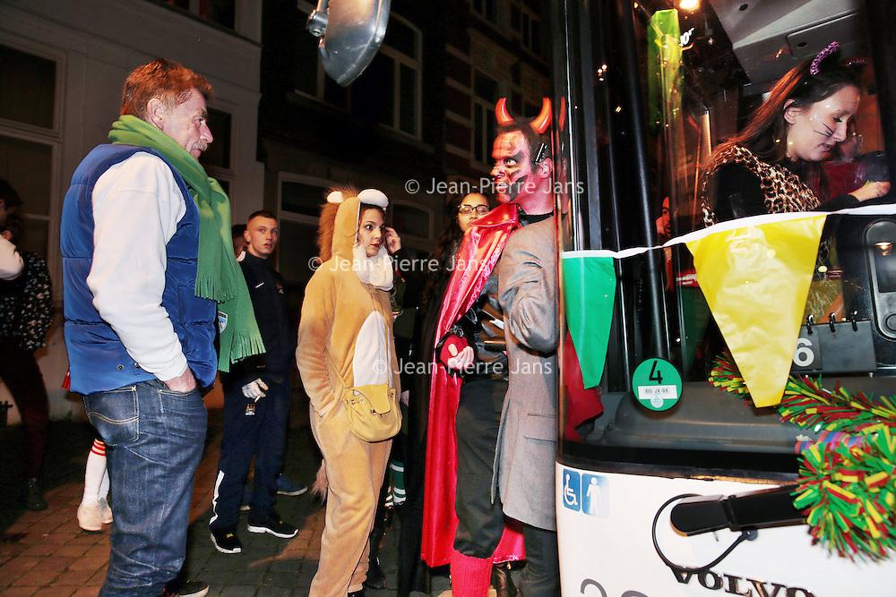 Nederland, Maastricht, 8 februari 2016.<br /> Carnavalsvierders in de stadsbus.<br /> reportage vanuit de borrelbussen van Veolia, die 's avonds en 's nachts dronken carnavalsvierders naar huis brengt.<br /> Op de foto: carnavalvierders uit de omgeving van Maastricht worden vanaf de Bosschstraat naar huis gebracht zoals bv naar het in de buurt gelegen Bunde.<br /> <br /> Foto: Jean-Pierre Jans