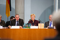 DEU, Deutschland, Germany, Berlin, 23.02.2015: Deutscher Bundestag, Gemeinsame Anhörung des Rechts- und des Familienausschusses zum Gesetzentwurf zur Frauenquote. Paul Lehrieder (CSU), Vorsitzender des Familienausschusses, und Renate Künast (Die Grünen), Vorsitzende des Ausschusses für Recht und Verbraucherschutz.