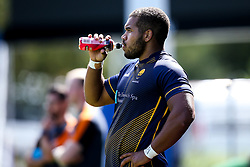 Ollie Lawrence of Worcester Warriors drinks iPro during training ahead of the Gallagher Premiership fixture against Harlequins - Mandatory by-line: Robbie Stephenson/JMP - 24/08/2020 - RUGBY - Sixways Stadium - Worcester, England - Worcester Warriors Training
