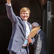 NLD/Amsterdam/20150625 -Aankomst Koninklijke Familie bij symposium Clean Energy, aankomst koning Willem-Alexander
