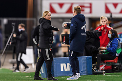 OSLO, NORWAY - Tuesday, September 22, 2020: Wales' national women's team manager Jayne Ludlow (L) and Norway's head coach Martin Sjögren after the UEFA Women's Euro 2022 England Qualifying Round Group C match between Norway Women and Wales Women at the Ullevaal Stadion. Norway won 1-0. (Pic by Vegard Wivestad Grøtt/Propaganda)