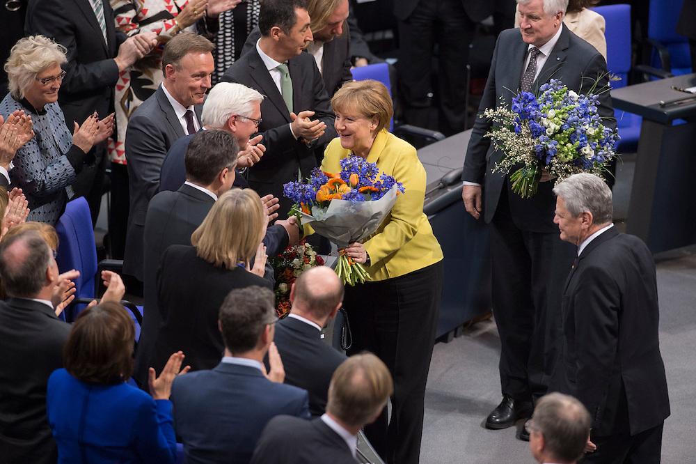 12 FEB 2017, BERLIN/GERMANY:<br /> Frank-Walter Steinmeier (M-L), neu gewählter Bundespraesident, Angela Merkel (M-R), CDU, Bundeskanzlerin, Horst Seehofer (R oben), CSU, Ministerpraesident Bayern, und Joachim Gauck (R unten), Bundespraesident a.D., Gratulationen nach Steinmeiers Wahl zum Bundespraesident, 16. Bundesversammlung zur Wahl des Bundespraesidenten, Reichstagsgebaeude, Deutscher Bundestag<br /> IMAGE: 20170212-02-126<br /> KEYWORDS; Bundespraesidentenwahl, Bundespräsidetenwahl, gratuliert, Blumen,