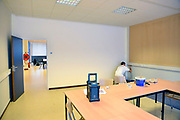 Nederland, Nijmegen, 1-2-2017In het centrum van de stad bij het centraal station komt een AZC, asielzoekerscentrum in het voormalige belastinggebouw . Dit leegstaande overheidskantoor is door het ministerie aan het COA aangeboden en is practisch klaar. Het ligt tegenover het politiebureau, poppodium Doornroosje en naast de Nimbus woontoren. Er komen 300 asielzoekers die er bed bad en brood krijgen. Er zijn kamers met vier bedden, kookgelegenheid, wasgelegenheid en douches. In de hal werken twee portiers, bewakers. Er is een grote gezamelijke recreatieruimte waar ruimtes aan grenzen voor het geven van o.a. inburgeringscursussen en kinderopvang. Het COA en vluchtelingenopvang houden er kantoor en er is een medische post.FOTO: FLIP FRANSSEN