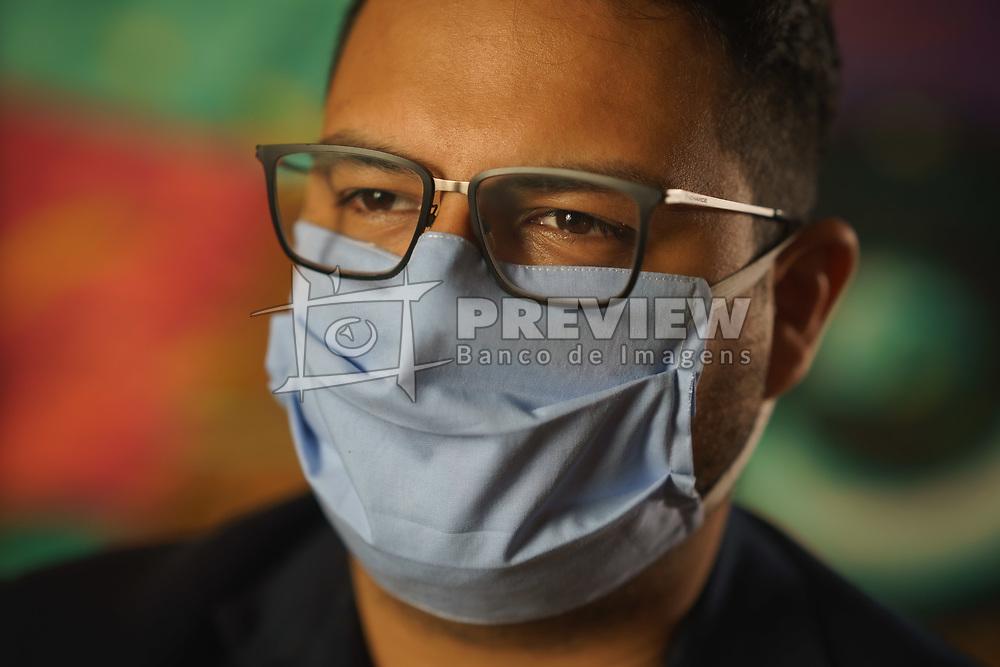 Pessoas vestindo máscara contra coronavirus para a campanha #Responsabilidade da RBS, RENNER e Lebes. FOTO: Jefferson Bernardes/ Agência Preview