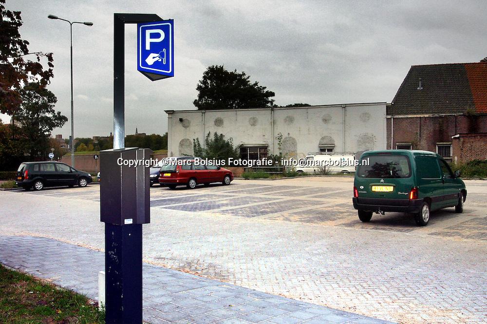 den bosch,het parkeerterrein aan de citadellaan staat praktisch leeg sinds daar een  parkeerautomaat staat.