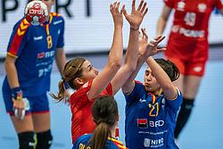 Natalia Nosek of Poland, Crina Elena Pintea of Romania during the Women's EHF Euro 2020 match between Poland and Romania at Sydbank Arena on december 05, 2020 in Kolding, Denmark (Photo by RHF Agency/Ronald Hoogendoorn)