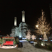 Natale 2020 alla Battersea Power Station, la centrale elettrica resa famosa nel mondo dai @PinkFloyd, usata sulla copertina di Animals, uno dei dischi di successo della band inglese.⁠<br /> .⁠<br /> @BatterseaPwrStn⁠<br /> .⁠<br /> Christmas 2020 in Battersea Power Station, the power plant became famous by the @PinkFloyd who used it on the cover of Animals, one of the British band's hit records.⁠