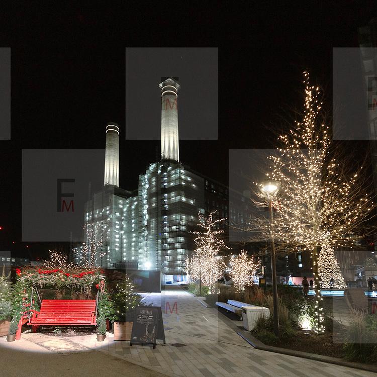 Natale 2020 alla Battersea Power Station, la centrale elettrica resa famosa nel mondo dai @PinkFloyd, usata sulla copertina di Animals, uno dei dischi di successo della band inglese.<br /> .<br /> @BatterseaPwrStn<br /> .<br /> Christmas 2020 in Battersea Power Station, the power plant became famous by the @PinkFloyd who used it on the cover of Animals, one of the British band's hit records.