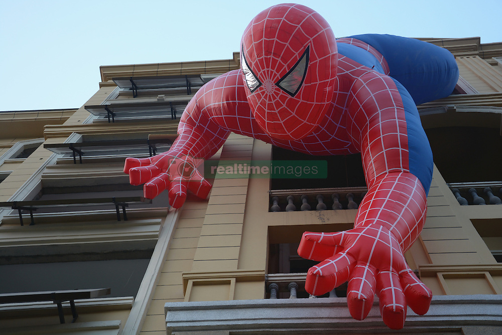 Spiderman an einer Fassade in Zaozhuang / 210916 ***<br /> ZAOZHUANG, CHINA - SEPTEMBER 21: <br /> Giant Inflatable Spiderman Dangles Headfirst off building<br /> A giant spiderman dangles headfirst on the wall of a residential building on September 21, 2016 in Zaozhuang, Shandong Province of China. The 10-meter-long inflatable spider was hung on the residential building by property developers to get more attention for their residential buildings.