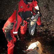 NLD/Huizen/20080308 - Duikers brandweer Huizen vinden kluis in sloot aan het Anker in Huizen